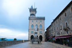 Δημαρχείο στο della Liberta, ελευθερία αγαλμάτων, Άγιος Μαρίνος πλατειών Στοκ Φωτογραφία