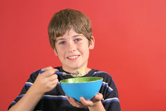 δημητριακά αγοριών που τρώ&nu στοκ φωτογραφία