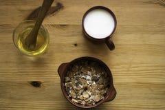 Δημητριακά με το γάλα και το μέλι Στοκ Εικόνα