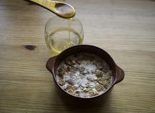 Δημητριακά με το γάλα και το μέλι Στοκ φωτογραφία με δικαίωμα ελεύθερης χρήσης