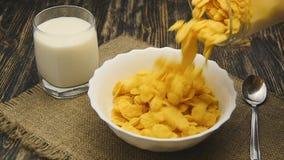 Δημητριακά που χύνουν στο κύπελλο σε σε αργή κίνηση φιλμ μικρού μήκους