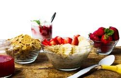 Δημητριακά προγευμάτων με την μπανάνα και τη φράουλα στα κύπελλα Στοκ εικόνες με δικαίωμα ελεύθερης χρήσης