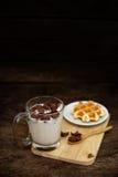 Δημητριακά προγευμάτων με τη βάφλα γάλακτος και ψωμιού σε έναν ξύλινο πίνακα - DA Στοκ εικόνες με δικαίωμα ελεύθερης χρήσης