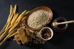 Δημητριακά προγευμάτων με το φραγμό κριθαριού, μελιού και granola Στοκ φωτογραφία με δικαίωμα ελεύθερης χρήσης