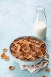 Δημητριακά προγευμάτων πίτουρου σίτου με το γάλα Στοκ Φωτογραφία