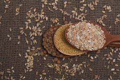 Δημητριακά στα ξύλινα κουτάλια Στοκ Φωτογραφία