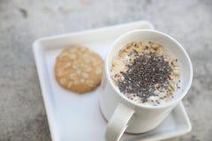 Δημητριακά στο γάλα σε ένα φλυτζάνι στοκ εικόνα