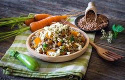 Δημητριακά φαγόπυρου με το λαχανικό και το τυρί φέτας στοκ εικόνες με δικαίωμα ελεύθερης χρήσης