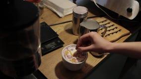 Δημιουργία ενός σχεδίου του σιροπιού καραμέλας σε Cappuccino απόθεμα βίντεο