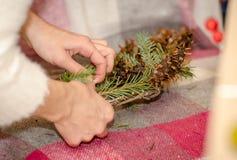 Δημιουργία ενός όμορφου νέου στεφανιού έτους ` s με τα χέρια σας Στοκ φωτογραφία με δικαίωμα ελεύθερης χρήσης