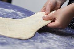 Δημιουργία σπιτικής Phyllo ή strudel της ζύμης σε ένα ύφασμα εγχώριων πινάκων Στοκ Φωτογραφίες