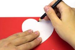 Δημιουργία της κόκκινης καρδιάς του χρωματισμένου σχεδίου εγγράφου Στοκ Εικόνες
