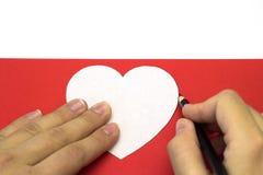 Δημιουργία της κόκκινης καρδιάς του χρωματισμένου σχεδίου εγγράφου Στοκ εικόνα με δικαίωμα ελεύθερης χρήσης