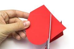 Δημιουργία της κόκκινης καρδιάς του χρωματισμένου σχεδίου εγγράφου Στοκ Φωτογραφία