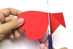 Δημιουργία της κόκκινης καρδιάς του χρωματισμένου σχεδίου εγγράφου Στοκ φωτογραφία με δικαίωμα ελεύθερης χρήσης