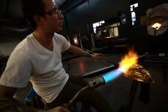 Δημιουργία της τέχνης γυαλιού με τον καυτό φανό Στοκ φωτογραφία με δικαίωμα ελεύθερης χρήσης