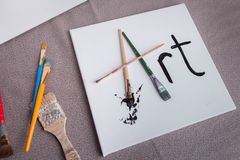 Δημιουργία της τέχνης με τις βούρτσες χρωμάτων και το χρώμα Στοκ εικόνες με δικαίωμα ελεύθερης χρήσης