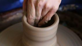 Δημιουργία του βάζου ή του βάζου του αργίλου Χέρια γυναικών, ρόδα αγγειοπλαστών ` s απόθεμα βίντεο