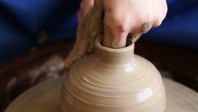 Δημιουργία του βάζου ή του βάζου του αργίλου Χέρια γυναικών, ρόδα αγγειοπλαστών ` s φιλμ μικρού μήκους