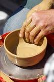 Δημιουργία του βάζου αργίλου με το χέρι με τη ρόδα αγγειοπλαστών Στοκ Εικόνες