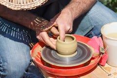 Δημιουργία του βάζου αργίλου με το χέρι με τη ρόδα αγγειοπλαστών Στοκ εικόνα με δικαίωμα ελεύθερης χρήσης