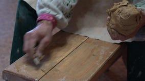 Δημιουργία του βάζου της άσπρης κινηματογράφησης σε πρώτο πλάνο αργίλου Ο γλύπτης στο εργαστήριο κάνει την κανάτα από την κινηματ φιλμ μικρού μήκους