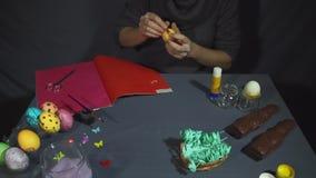 Δημιουργία του κοτόπουλου Πάσχας από το κοχύλι με το χέρι σε έναν γκρίζο πίνακα απόθεμα βίντεο