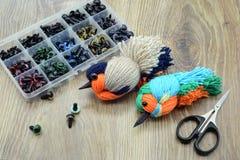 Δημιουργία των πουλιών νημάτων γανωτής με το μαλλί Στοκ Εικόνες