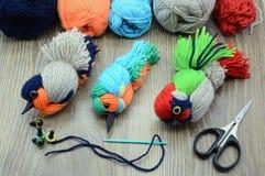 Δημιουργία των πουλιών νημάτων γανωτής με το μαλλί Στοκ Φωτογραφίες