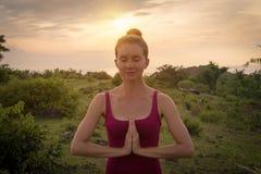 Δημιουργία Namaste Γυναίκα που βάζει τους φοίνικές της μαζί στη θωρακική περιοχή της Στοκ Εικόνες