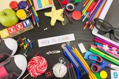Δημιουργικά αντικείμενα εκμάθησης στον ξύλινο πίνακα Στοκ Εικόνα