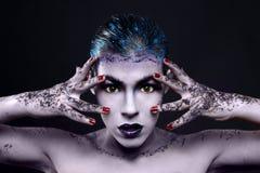 Δημιουργικά καλλυντικά σε μια όμορφη γυναίκα στοκ εικόνες