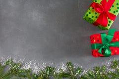 Δημιουργικά κιβώτια δώρων Χριστουγέννων στο διαστιγμένο έγγραφο χρώματος, κορδέλλες Στοκ φωτογραφία με δικαίωμα ελεύθερης χρήσης