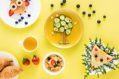Δημιουργικά ορισμένο πρόγευμα παιδιών ` s με τα croissants και το χυμό Στοκ εικόνα με δικαίωμα ελεύθερης χρήσης
