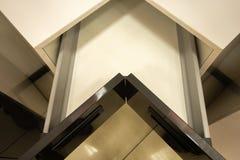 Δημιουργικά σύγχρονα έπιπλα κουζινών συρταριών γωνιών ανοικτός στοκ εικόνα