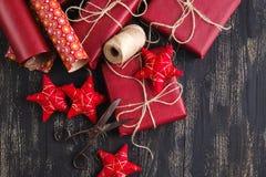 Δημιουργικά τυλιγμένα και διακοσμημένα χριστουγεννιάτικα δώρα στα κιβώτια στο ξύλινο υπόβαθρο διάστημα αντιγράφων Στοκ Εικόνα