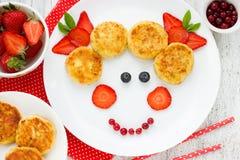 Δημιουργικά cheesecakes προγευμάτων μωρών με τη φράουλα Ταυτότητα τροφίμων διασκέδασης Στοκ εικόνες με δικαίωμα ελεύθερης χρήσης