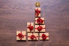 Δημιουργική έννοια με τα κιβώτια δώρων Χριστουγεννιάτικο δέντρο των δώρων σε ένα ξύλινο υπόβαθρο Στοκ Φωτογραφίες