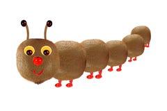 Δημιουργική έννοια τροφίμων Αστείος κάμπια που γίνεται λίγη από τα φρούτα Στοκ Εικόνα