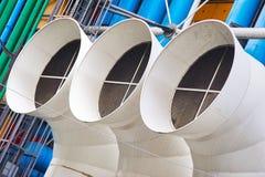 Δημιουργική αρχιτεκτονική του κέντρου και των πουλιών του Πομπιντού στον ουρανό στο Παρίσι Στοκ εικόνα με δικαίωμα ελεύθερης χρήσης