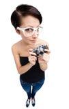 Δημιουργική γυναίκα με την αναδρομική φωτογραφική φωτογραφική μηχανή Στοκ Φωτογραφία
