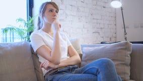 Δημιουργική γυναίκα που σκέφτεται μια νέα ιδέα για την εργασία, καναπές φιλμ μικρού μήκους