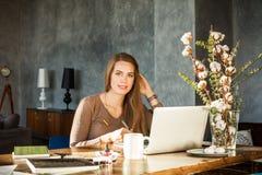 Δημιουργική γυναίκα σχεδιαστών που χρησιμοποιεί το lap-top και την ταμπλέτα γραφικής παράστασης σε Offi Στοκ φωτογραφία με δικαίωμα ελεύθερης χρήσης