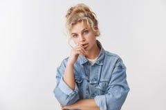 Δημιουργική ελκυστική throughtful όμορφη θηλυκή ξανθή μπλε ματιών σύγχρονη επικεφαλής αφή κλίσης κουλουριών γυναικών σγουρή hairs στοκ εικόνα
