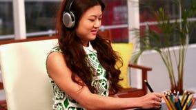 Δημιουργική επιχειρηματίας που χρησιμοποιεί μια γραφική ταμπλέτα απόθεμα βίντεο