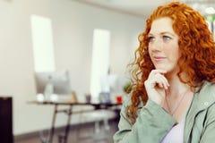 Δημιουργική επιχειρησιακή γυναίκα στην αρχή Στοκ Φωτογραφία