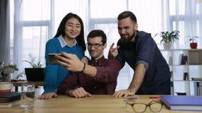 Δημιουργική επιχειρησιακή ομάδα που παίρνει selfie στο γραφείο απόθεμα βίντεο