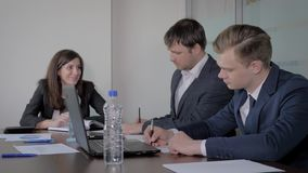 Δημιουργική επιχειρησιακή ομάδα στο τραπέζι των διαπραγματεύσεων στο γραφείο που συζητά το ξεκίνημα ιδεών απόθεμα βίντεο