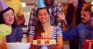 Δημιουργική επιχειρησιακή ομάδα που γιορτάζει τα γενέθλια συναδέλφων τους απόθεμα βίντεο