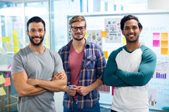Δημιουργική επιχειρησιακή ομάδα που στέκεται ενάντια στον τοίχο με τις κολλώδεις σημειώσεις Στοκ Φωτογραφίες